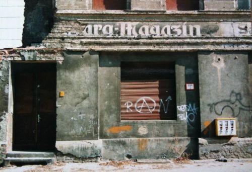 Prenzlauer Berg, 1996, Rykestraße: Sargmagazin